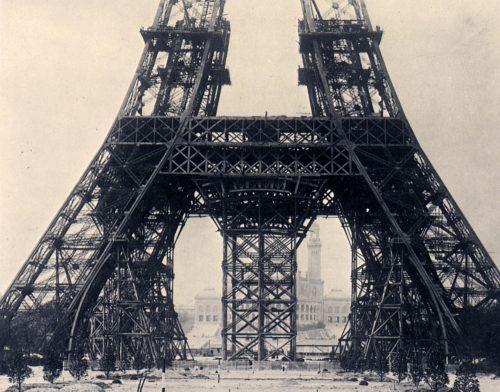 Fotografía de la parte baja de la Torre Eiffel en construcción- siglo XIX- París