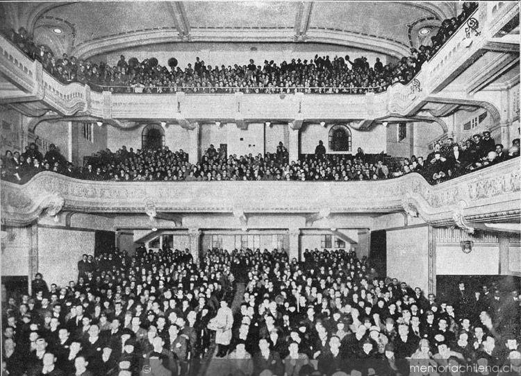Espectadores de cine en el Teatro Carrera en Chile (1926)