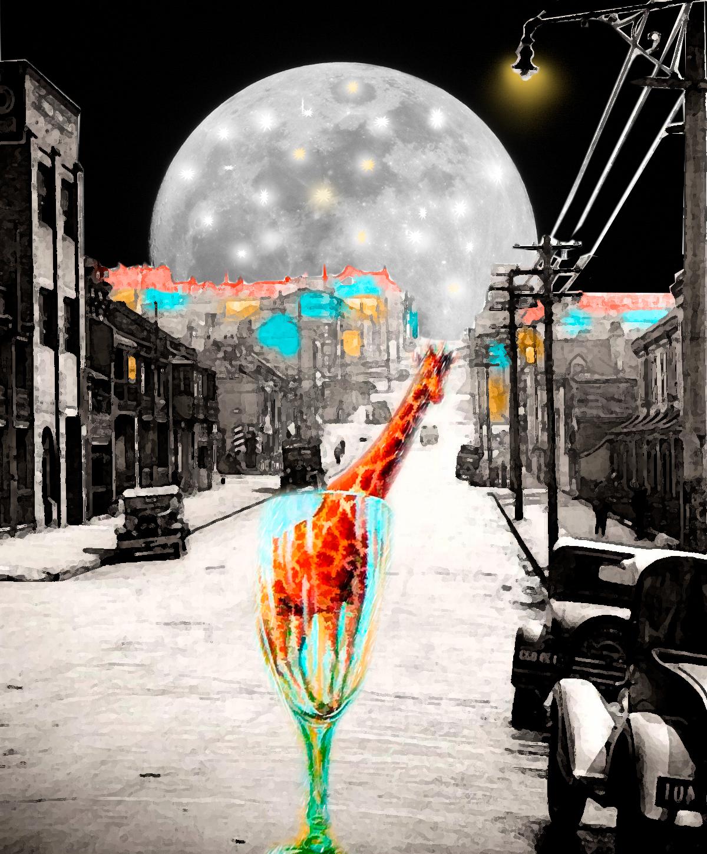 Calle de noche con gran luna de fondo y la jirafa de Magritte que nos mira. Loco Mundo Arte y Bohemia